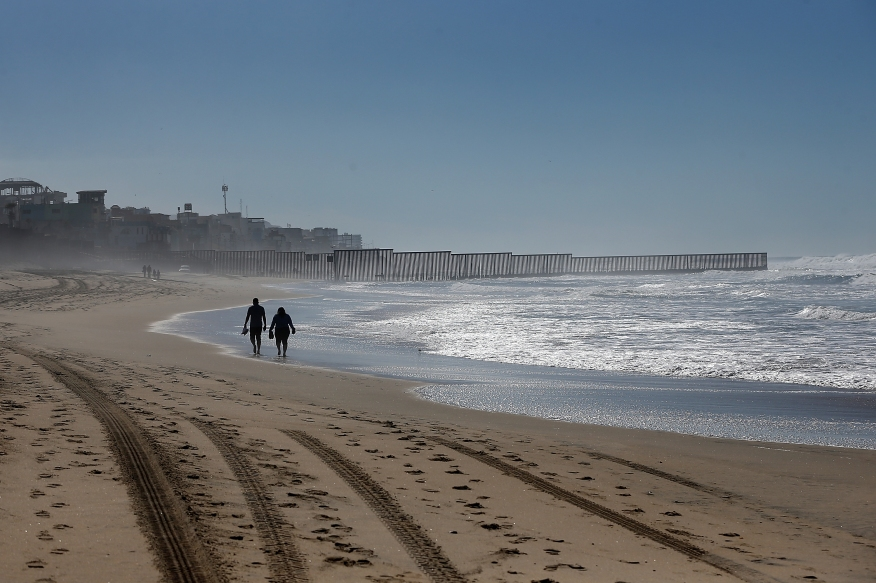 Strand am Grenzzaun zwischen den USA und Mexiko im Border Field State Park am 4. Februar 2017 in San Diego, Kalifornien. | Bildquelle: https://t1p.de/ozwx © Justin Sullivan/Getty Images | Bilder sind in der Regel urheberrechtlich geschützt
